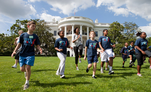 First-Lady-Michelle-Obama-White-House-lawn-Lets-move-kids